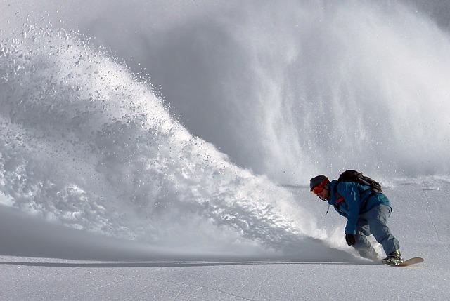 snowboarder-690779_640
