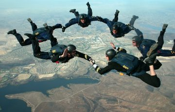 skydivers-81778_640