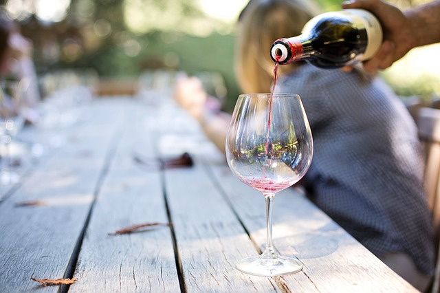 pouring-wine-1952051_640
