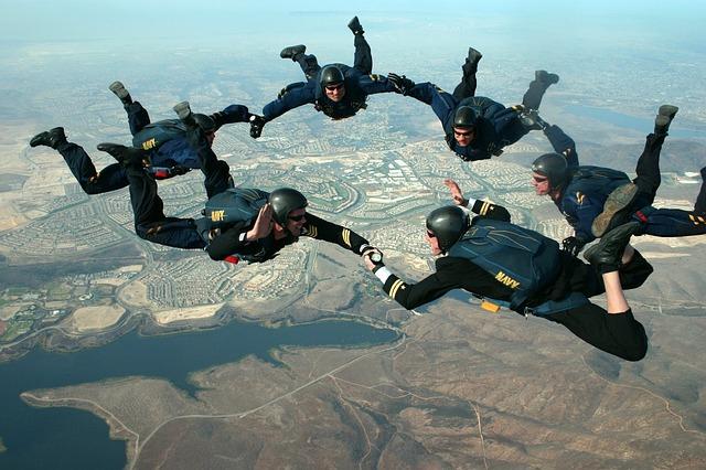 skydivers-81778_640